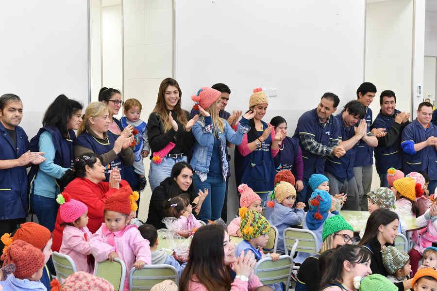 San Fernando: Los chicos del Taller Protegido entregaron gorros de lana a los niños de los Jardines Maternales