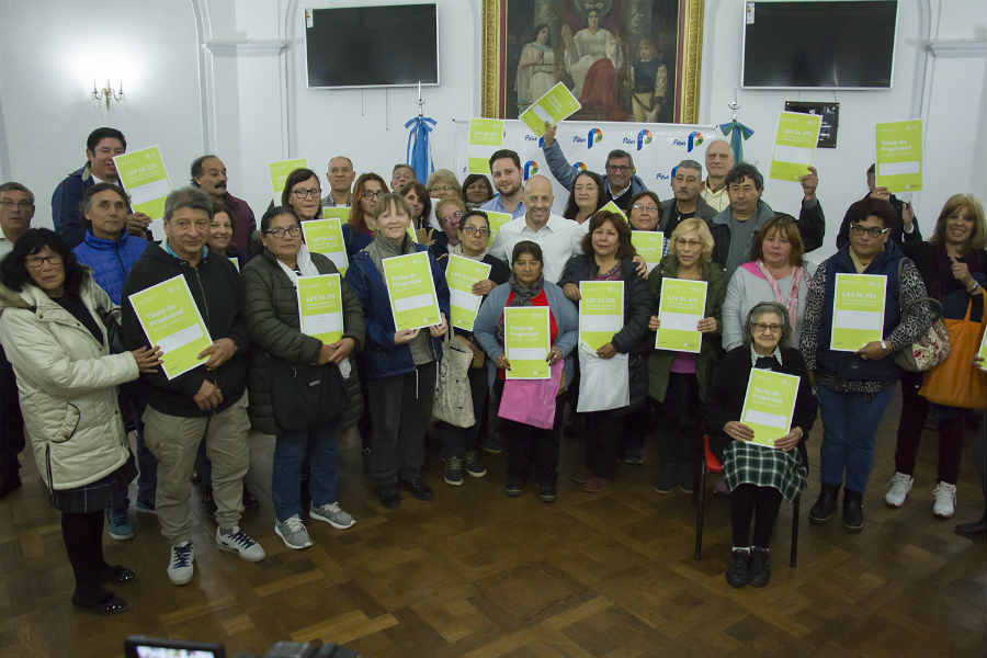 Ducoté entregó 129 nuevas escrituras para los vecinos de Pilar