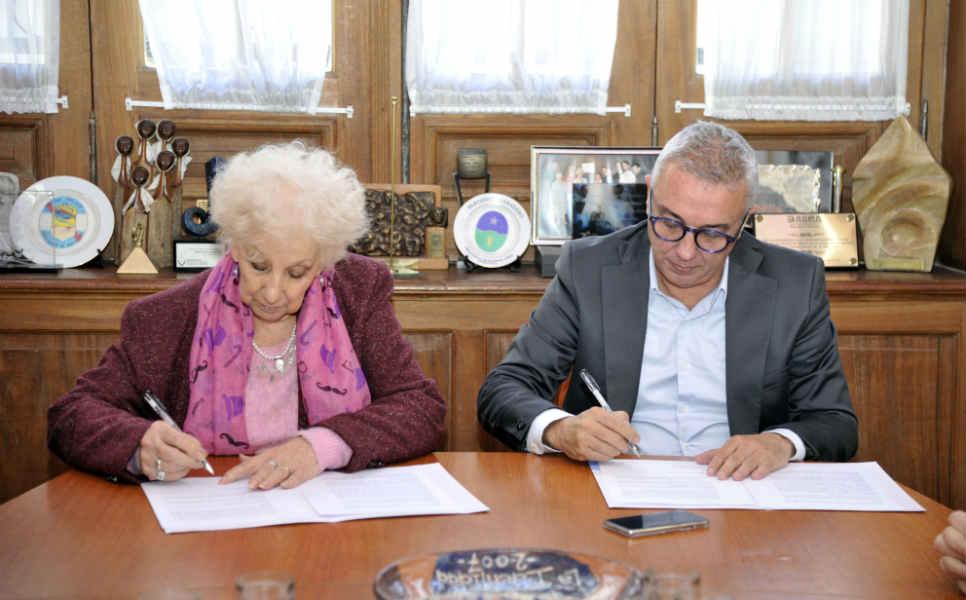 El intendente Julio Zamora y la titular de la entidad, Estela de Carlotto, rubricaron el acuerdo que pretende profundizar el trabajo conjunto.
