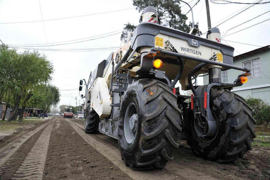 El intendente Julio Zamora supervisó los trabajos de suelo que realiza personal municipal para una posterior pavimentación sobre la calle Don Orione, entre La Ribera y Pueyrredón, en el área norte del centro de la ciudad.