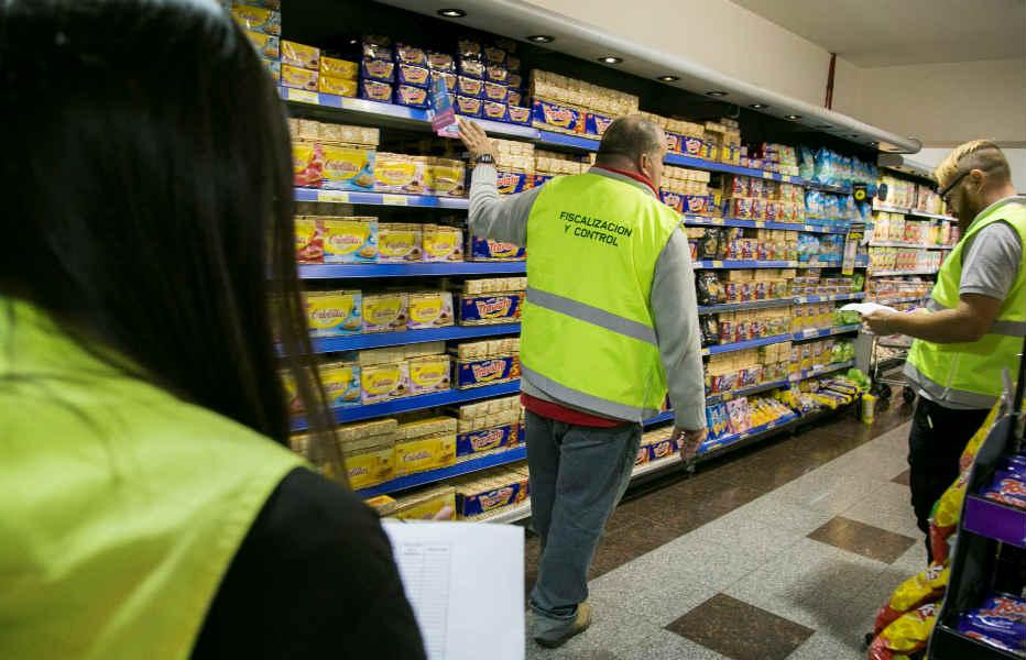"""Inspectores murnicipales controlan que se cumplan los """"Precios Esenciales"""", el programa oficial que congeló el valor de 64 productos de pimera necesidad."""
