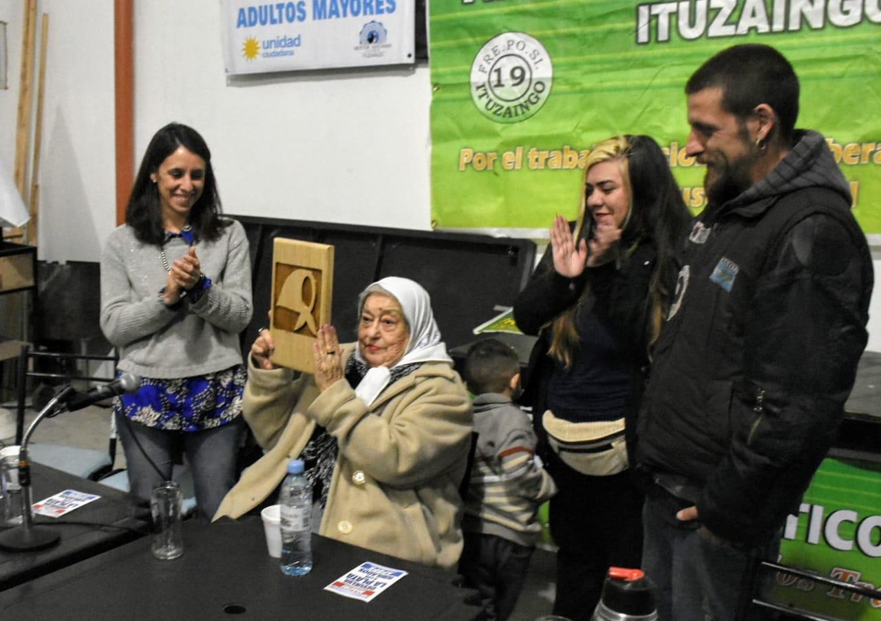 Hebe de Bonafini junto a Roxana López, en una charla con sindicatos en Ituzaingó
