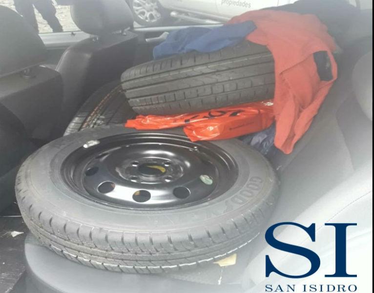 Por las cámaras de seguridad de San Isidro detuvieron a un hombre que robaba neumáticos