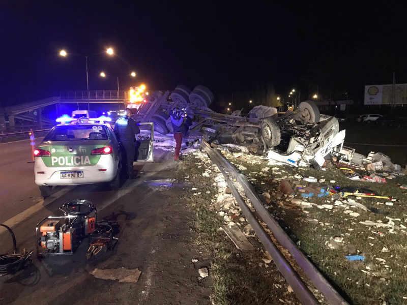 Vuelco fatal en la Panamericana: murió el conductor de un camión