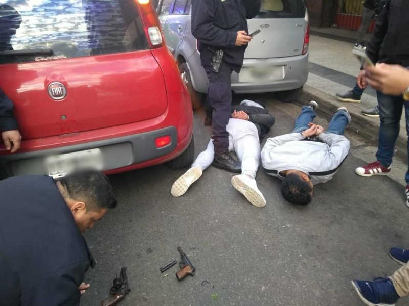 Aplausos y elogios tras las detenciones de dos sospechosos armados en el centro de Morón