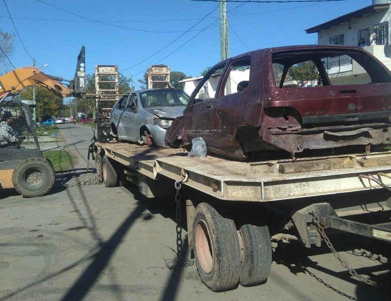 El COM de Pilar continúa removiendo vehículos abandonados de la vía pública