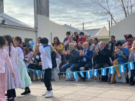 El intendente Nicolás Ducoté estuvo junto al vicegobernador de la provincia de Buenos Aires, Daniel Salvador, en el acto por el Día de la Independencia de la Escuela Primaria Nº 34, Dr. René Favaloro, de Villa Rosa.