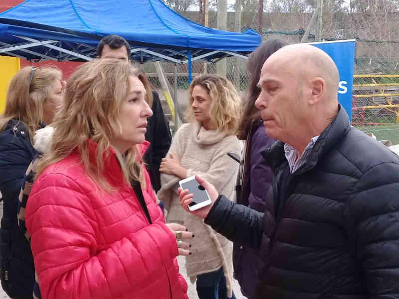 Claudia Rucci participó de un operativo de entrega de documentos en San Fernando junto a Agustina Ciarletta