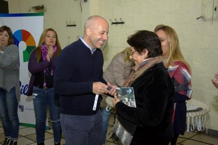 Ducoté entregó 80 nuevos botones de alarmas urbanas a familias de La Lonja