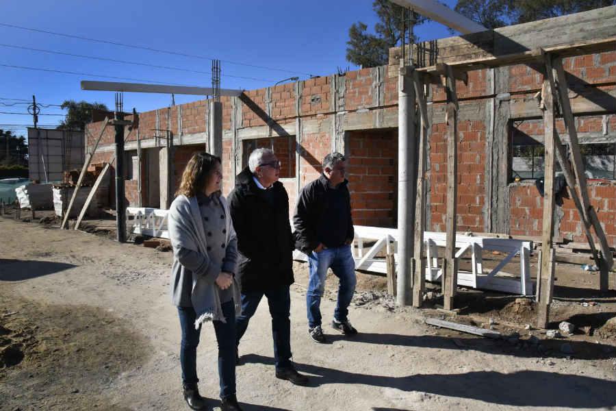 Zamora supervisó el avance de obras de la institución que construye el Municipio con fondos propios en el barrio El Prado, de la localidad de Benavídez.