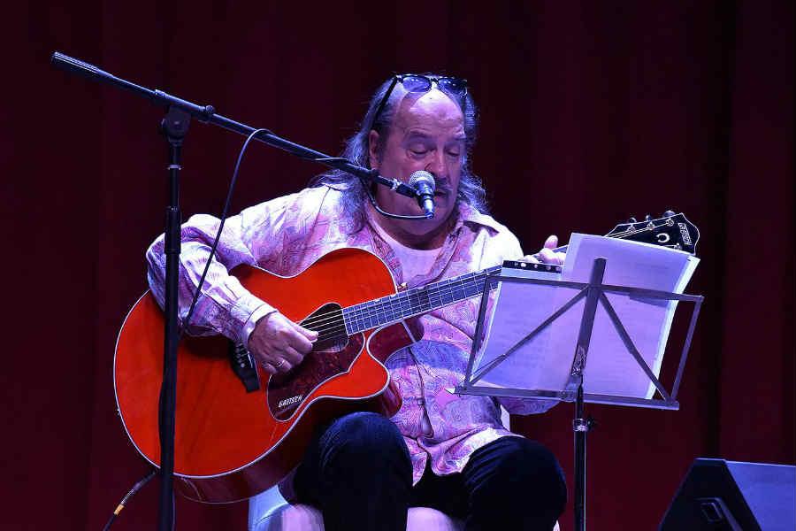 Litto Nebbia brindó el primer show musical del Teatro Municipal
