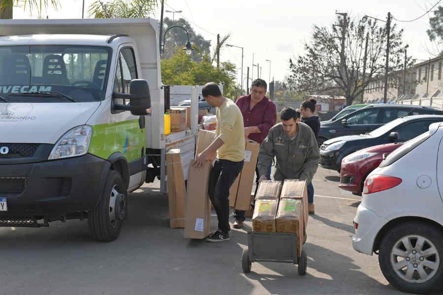 San Fernando entregó ventiladores y materiales de limpieza a la Escuela N° 28