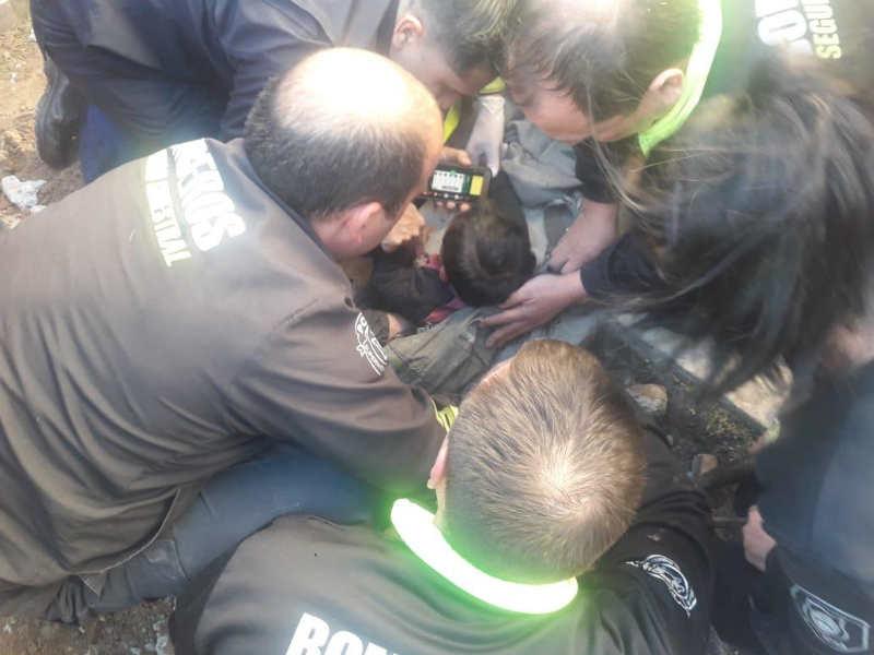 Rescataron a bebé de un año que había quedado atrapado en un sumidero de La Plata