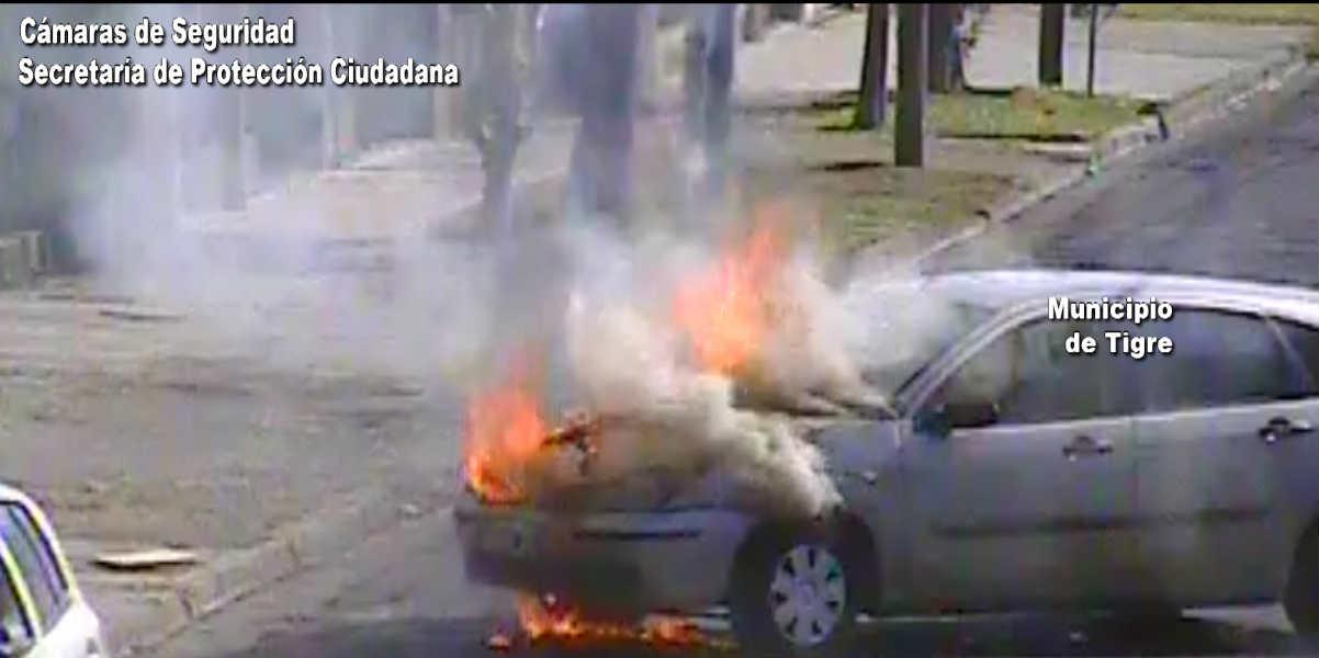 Video: Bomberos controlan el incendio de un auto en El Talar