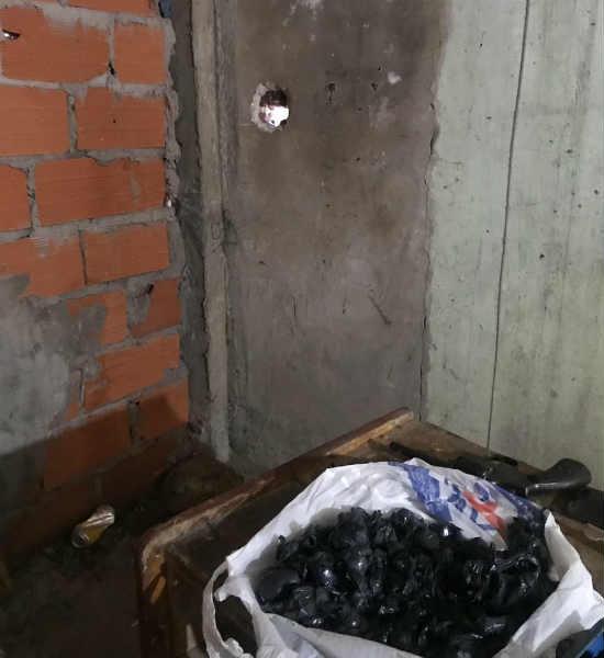 Desbaratan el shopping de la droga en González Catán: vendían la droga a través de un hueco en la pared del búnker