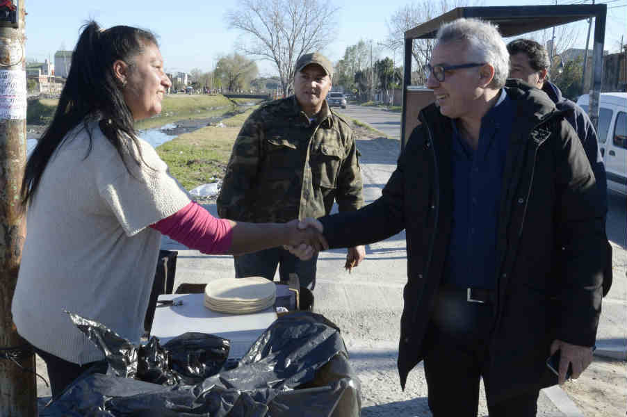 Julio Zamora recibió el apoyo de la comunidad de Troncos del Talar durante una nueva caminata barrial