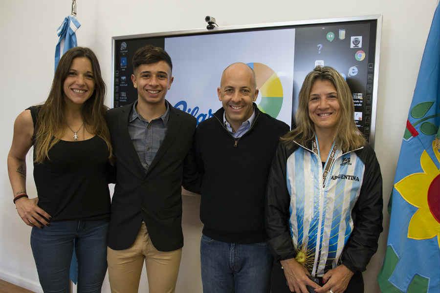 Ducoté junto a deportistas destacados de Pilar