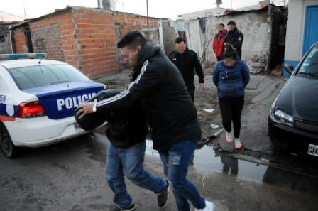 """Cayó """"la banda de los para coches"""" en villa La Rana: asaltaban en grupo y a mano armada a los automovilistas que entraban por el GPS"""