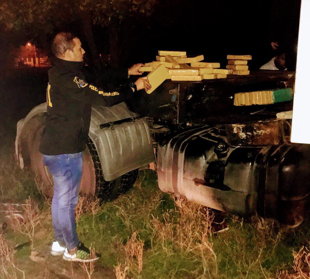 Moreno: Escondían 48 ladrillos de marihuana en un tractor y fueron detenidos