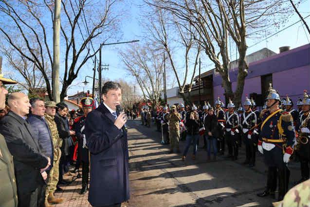 El intendente Gustavo Posse presidió esta mañana el acto en la plaza de Boulogne que lleva el nombre del libertador de América, donde distintas escuelas del distrito disfrutaron de un gran desfile militar.