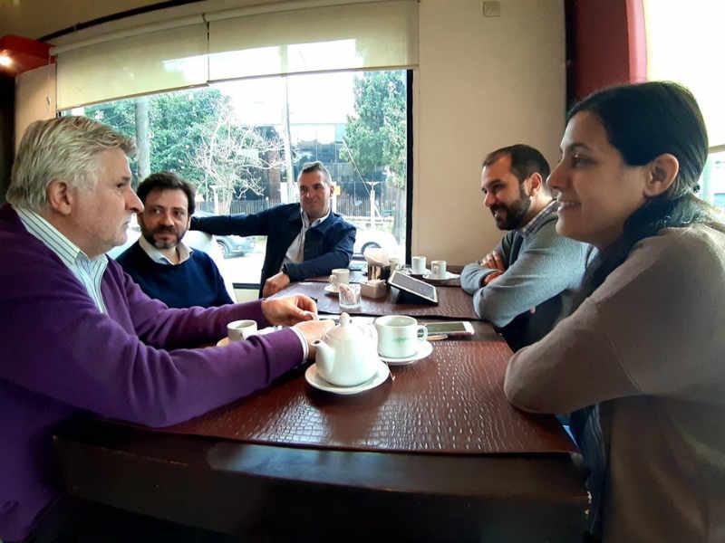 Sofía Vannelli y Joaquín Noya, candidatos a concejales de Todos Vicente López, junto al actual concejal Fabián Ruiz se reunieron, café por medio, con el presidente del Ente Municipal del Desarrollo Económico de la Municipalidad de Zárate (ENDEZA), Alejandro López Accotto, y con Juan Fal, director de la carrera de Economía en la Universidad Nacional de General Sarmiento (UNGS).