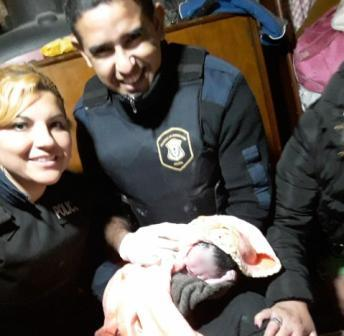 Florencio Varela: policías parteros ayudaron a dar a luz a una mujer que salió a pedir auxilio en la puerta de su casa