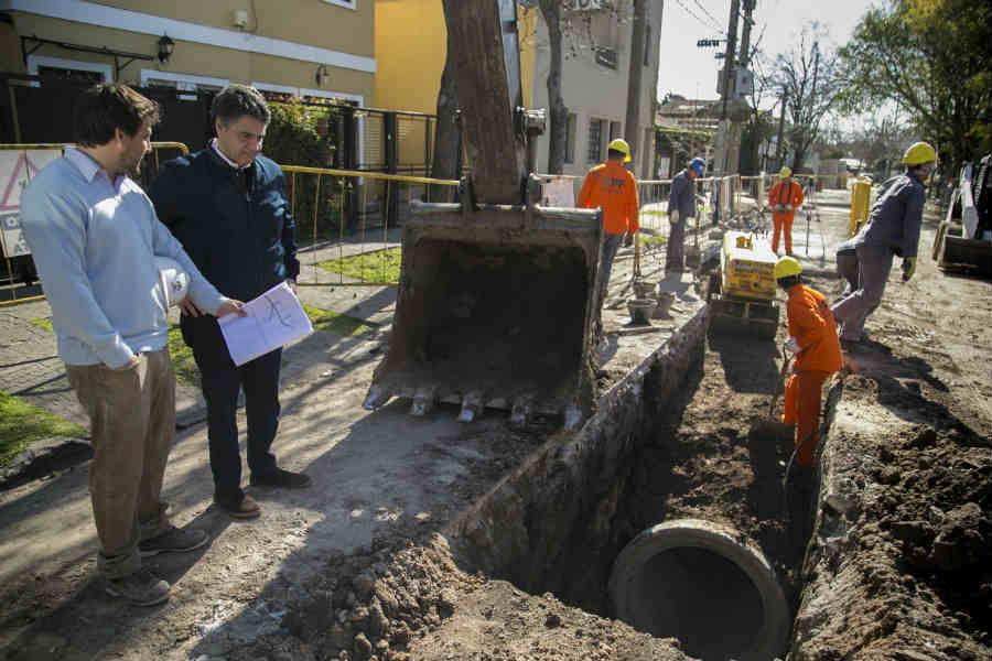 El intendente Jorge Macri, acompañado por el secretario de planeamiento, obras y servicios públicos, Sergio Botello, recorrió las obras de saneamiento hidráulico que se están llevando adelante en Olivos.