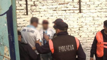 Barra e hinchas detenidos en San Telmo tras operativo de seguridad en el partido frente a Talleres