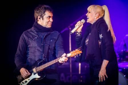 Valeria Lynch,acompañada por Mariano Martínez, de Ataque 77, pusieron al público a cantar durante todo el show