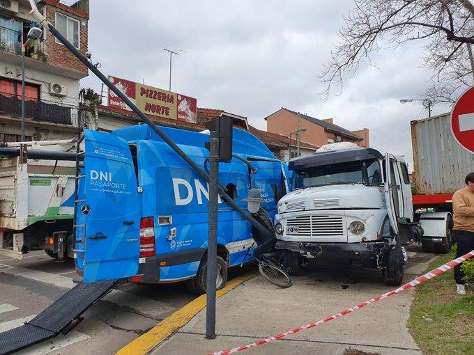 """San Fernando: un camión fuera de control impacto a un móvil del """"Estado en tu Barrio"""""""