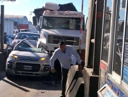 Un camión aplastó un auto y chocó contra una cabina de peaje en la Panamericana