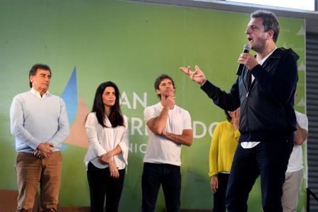 Sergio Massa participó este viernes de un encuentro por el Día del Jubilado en el Parque Náutico de San Fernando, junto a la candidata a diputada Luana Volnovich, el candidato a intendente local Juan Andreotti y más de 2500 adultos mayores.