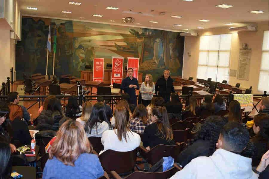 Más de 70 estudiantes de Tigre asistieron a un taller sobre voluntariado en el Honorable Concejo Deliberante