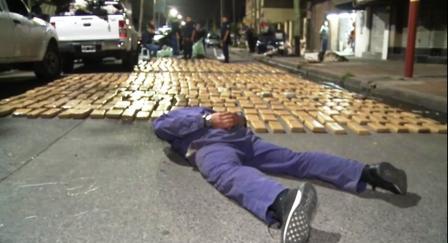 Hay dos detenidos y varios vehículos secuestrados  Se especula que la droga vino del norte del país y que se pensaba distribuir en la zona sur del Conurbano