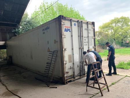 El procedimiento lo llevaron a cabo numerarios de la Policía Local de Almirante Brown, quienes también hallaron 10 toneladas de harina y 6 de fuegos artificiales