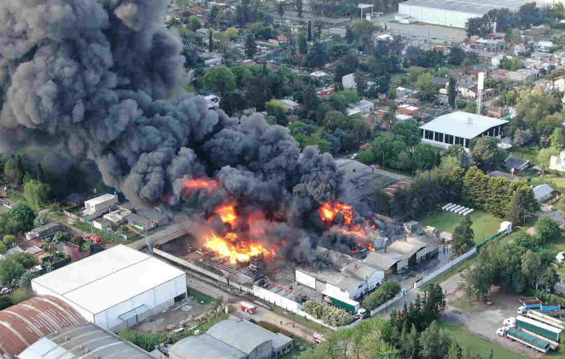 Importante incendio en una Fábrica de Benavidez - foto twitter