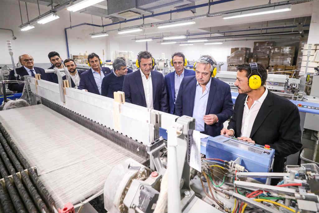 Alberto Fernández recorrió una fábrica textil en San Martin