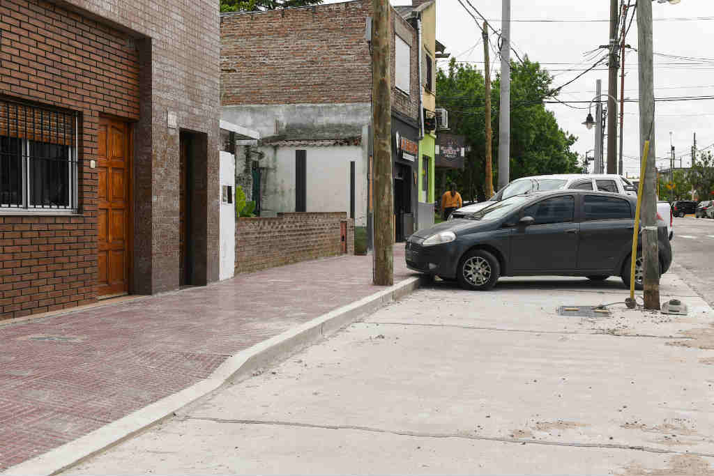 San Fernando renueva veredas y construye dársenas en la calle Carlos Casares del barrio Fate