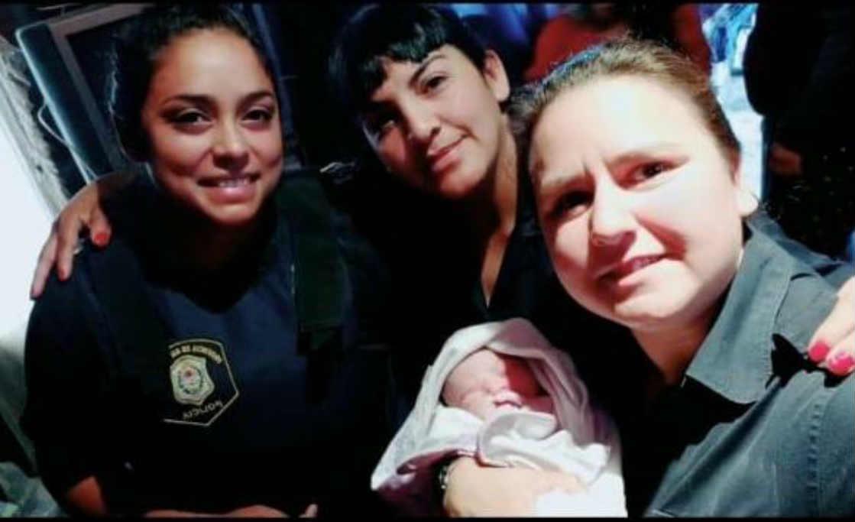 Policías ayudaron a dar a luz a una joven madre en La Matanza