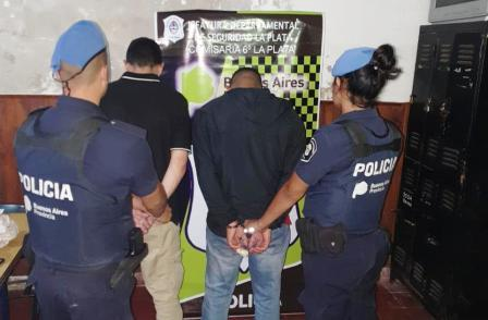 No pudieron justificar la gran cantidad de dinero que llevaban en el interior de su auto y quedaron detenidos