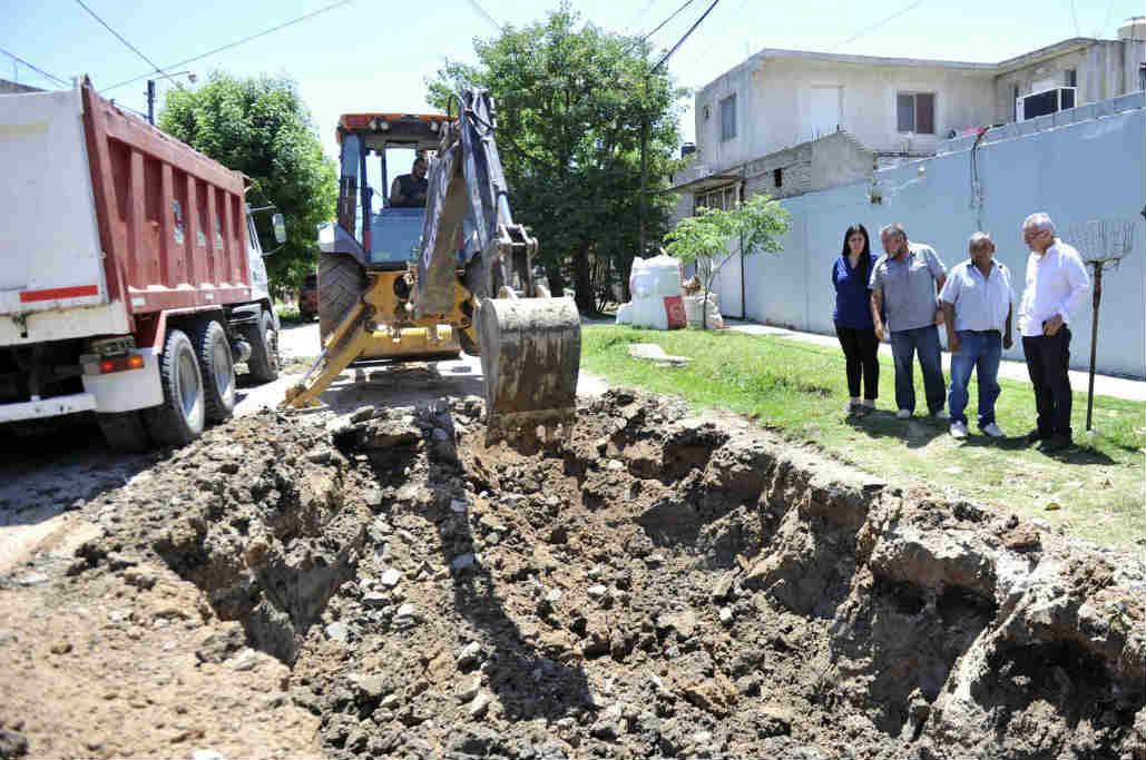 El intendente de Tigre, Julio Zamora, recorrió la localidad para supervisar los trabajos que realiza personal del Municipio en materia de veredas vecinales y movimiento de suelo para un posterior asfaltado.