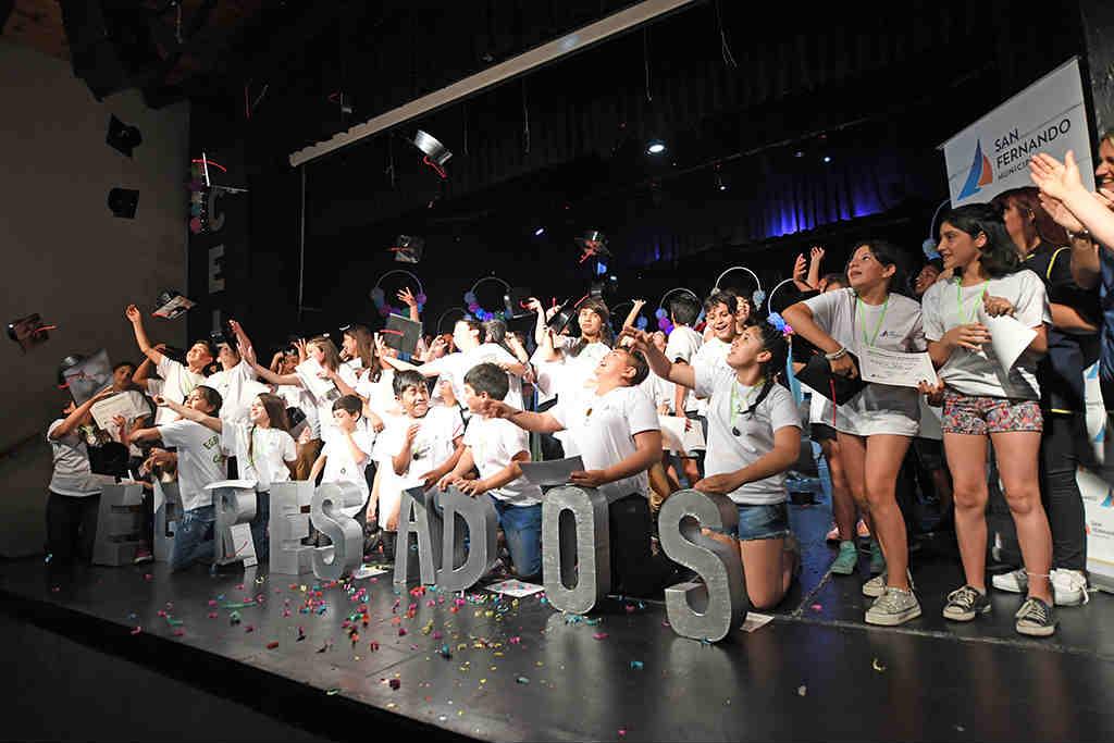 Los egresados de los Centros Educativos Municipales tuvieron su gran fiesta en el Teatro Martinelli