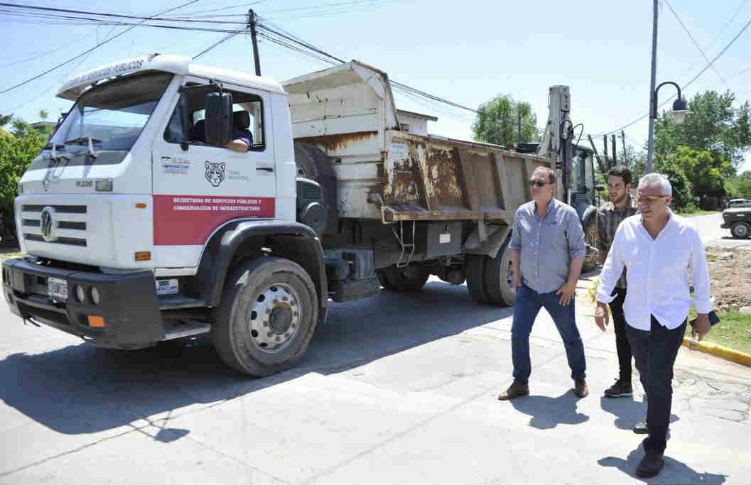 El intendente Julio Zamora recorrió los barrios El Arco y San Patricio de la localidad para monitorear los trabajos que se realizan con fondos municipales. Además, saludó a vecinos y dialogó con ellos sobre los avances en la zona.