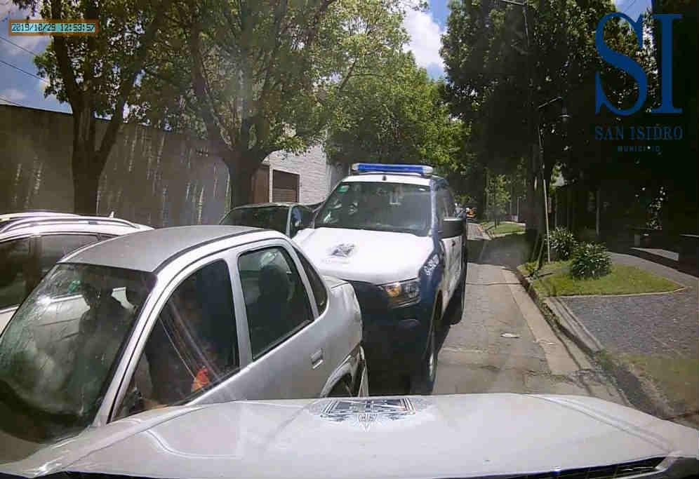 En San Isidro detuvieron tras una persecución a dos hombres que robaban neumáticos