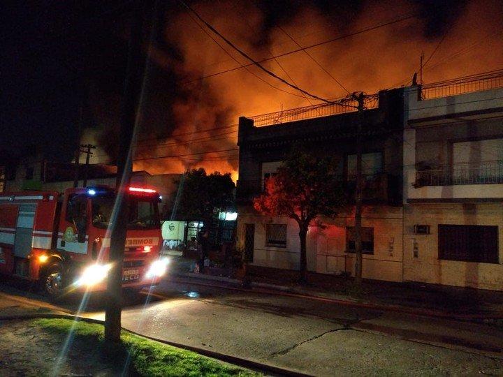 Voraz incendio en una fábrica de San Martín