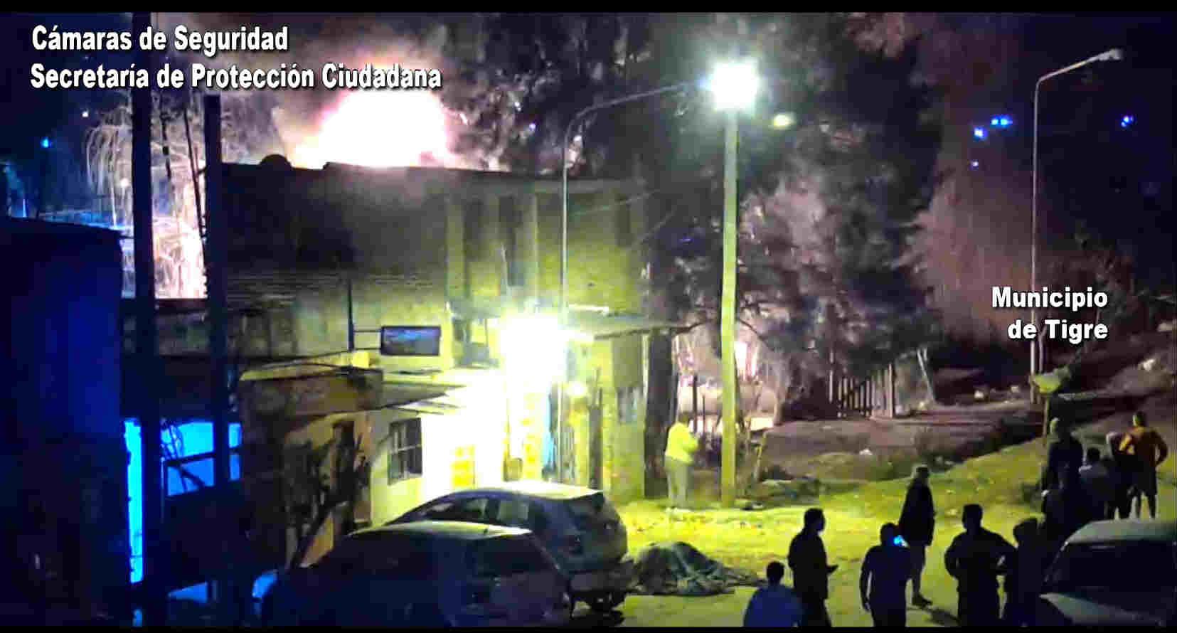 Bomberos de Tigre controlan un feroz incendio en Troncos del Talar