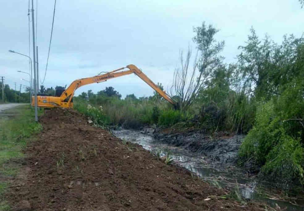 Trabajos de limpieza y el mantenimiento hidráulico en Dique Luján