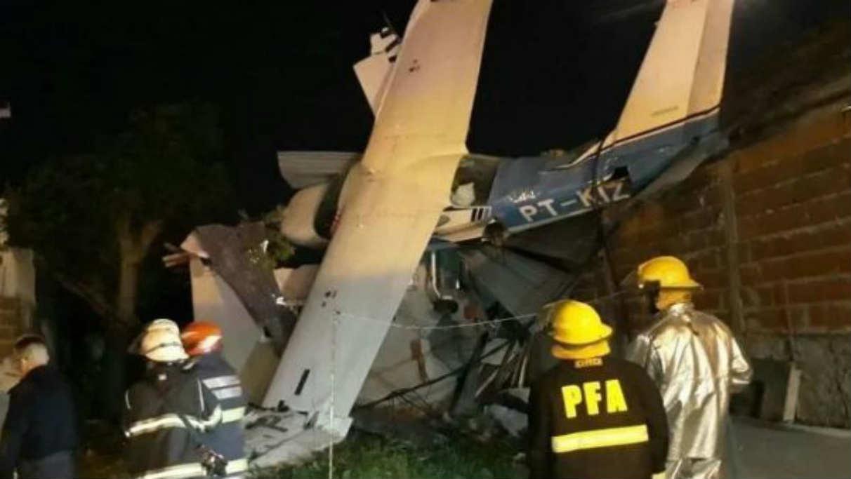 Una avioneta cayó sobre el techo de una casa en San Fernando