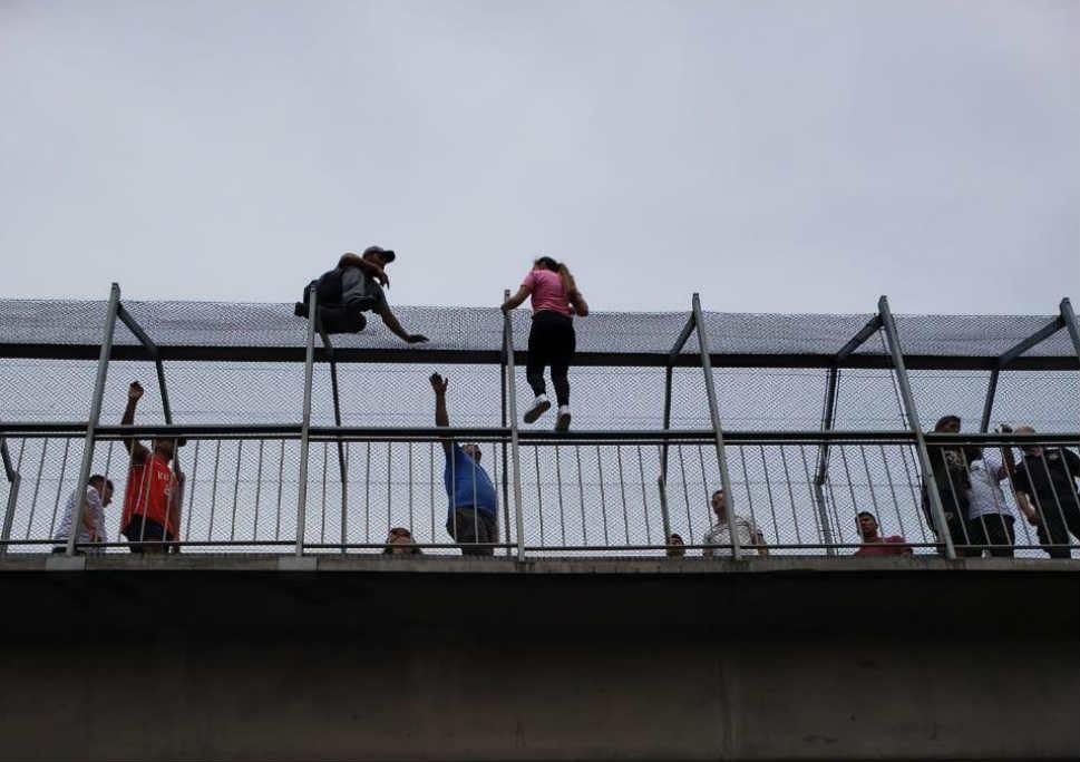 Intentó arrojarse desde un puente en Acceso Oeste y fue rescatada por la Policía