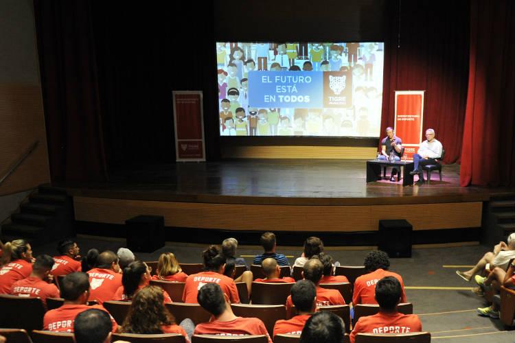 Matías Almeyda brindó una charla motivacional en el Teatro Municipal de Tigre
